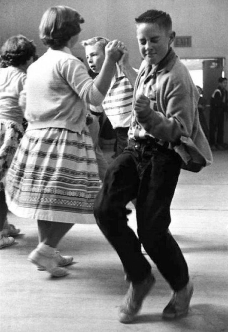 Школьная дискотека 50-х годов.