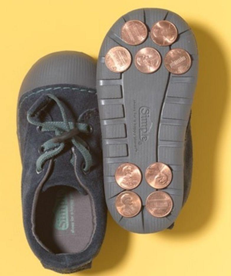 9. Пожертвуете мелочь на искусство? Прилепите монетки к подошвам старой пары обуви и получатся туфли для чечетки дети, подсказки, родители, хитрости