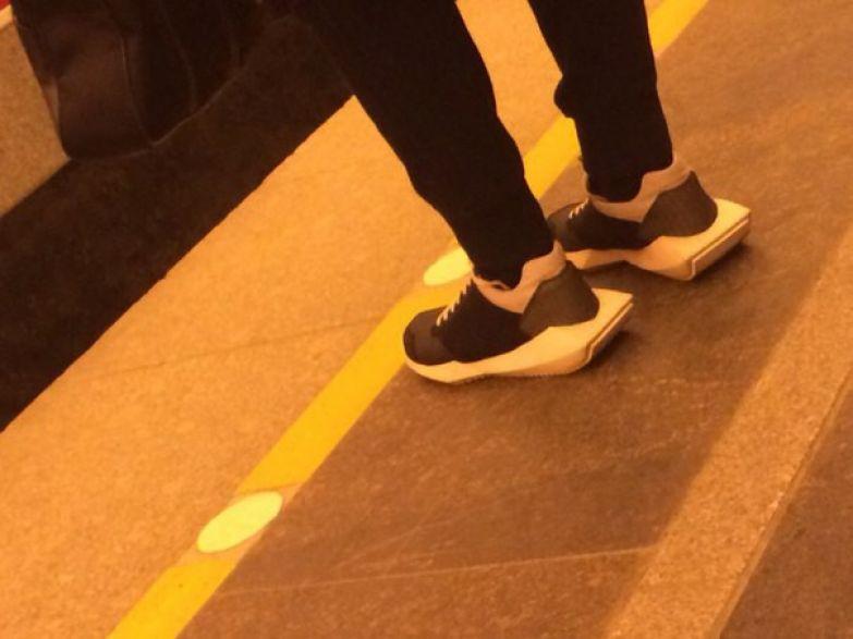 17. С нашей погодой, знаете ли, очень удобно иметь на ногах гибрид из кроссовок и спасательных шлюпок люди, метро, мода, настроение