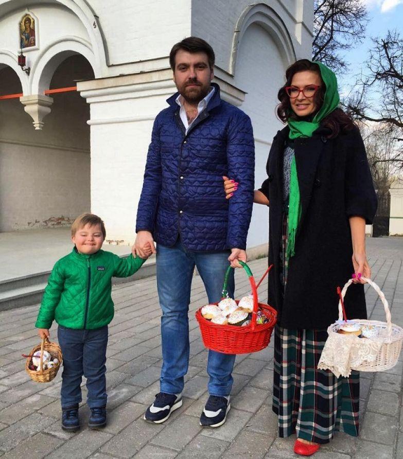 Эвелина Бледанс с мужем и младшим сыном фото