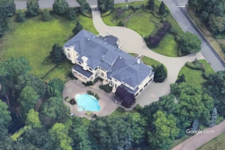 В особняке есть гигантский бассейн