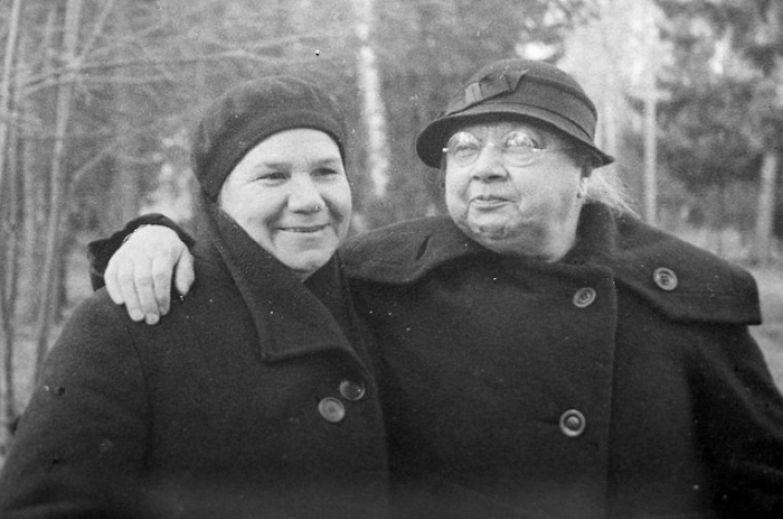 Клавдия Николаева и Надежда Крупская в Архангельском, 1936 год.