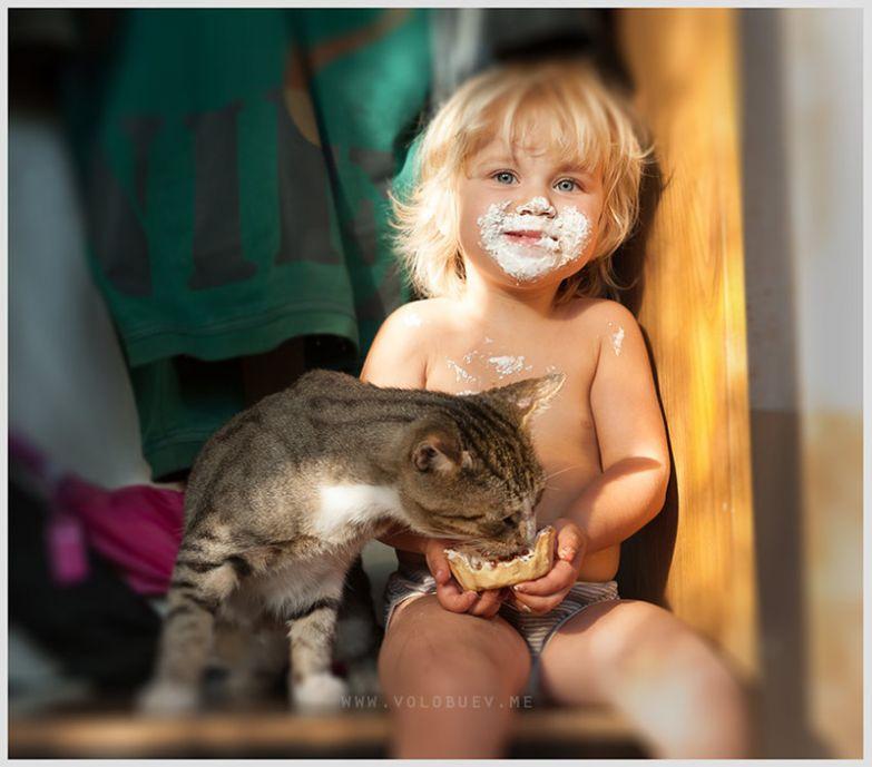 13. Делится лакомством кот, малыш, очарование