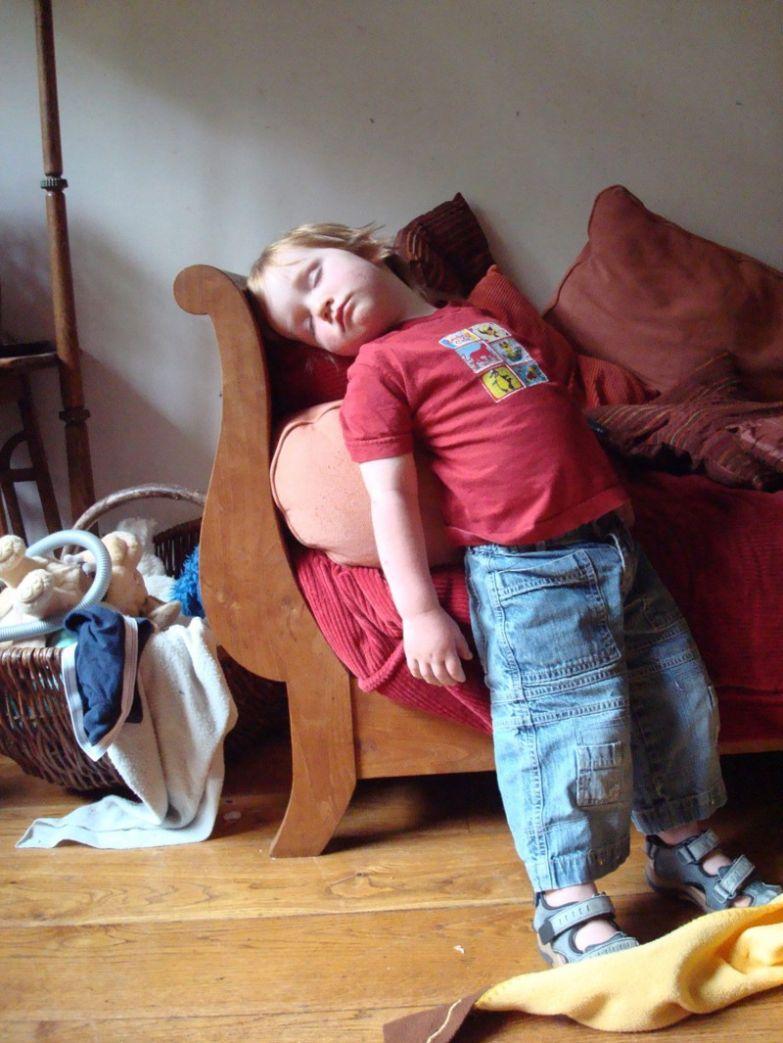 8. Собрался на прогулку и уже устал. дети, дети спят