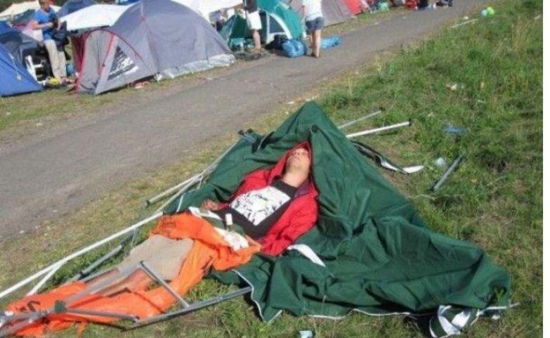 Уснуть можно в любом месте и в любом положении поход, прикол, туризм, юмор