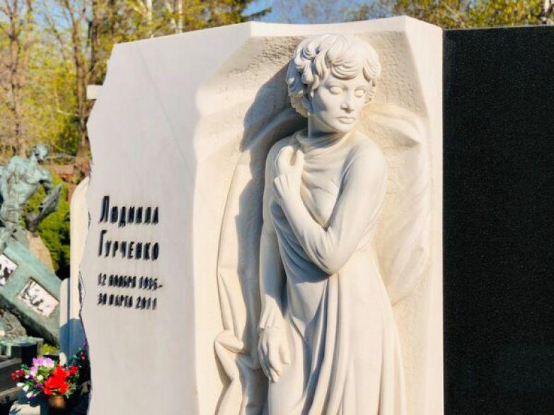 На обратной стороне памятника Людмиле Гурченко высечена эпитафия: «Дорогие зрители! Я живу и работаю для вас!».