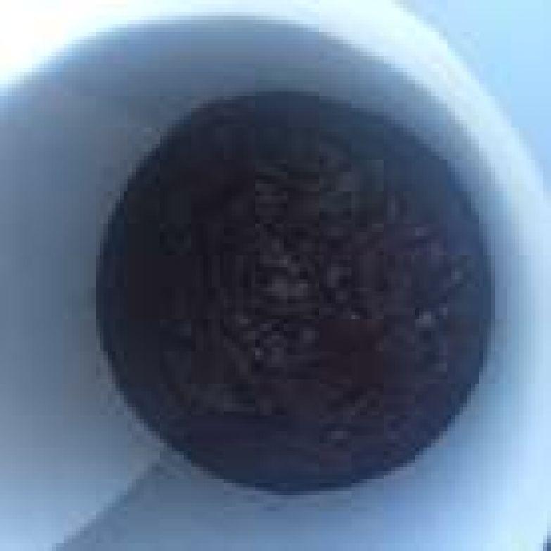 Вылить чернично-шоколадный ганаш на заранее приготовленную основу и убрать в холодильник.