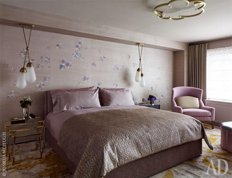 Хозяйская спальня. В поддержку выбранным лавандово-розоватым оттенкам и изголовье кровати, и постельное белье.