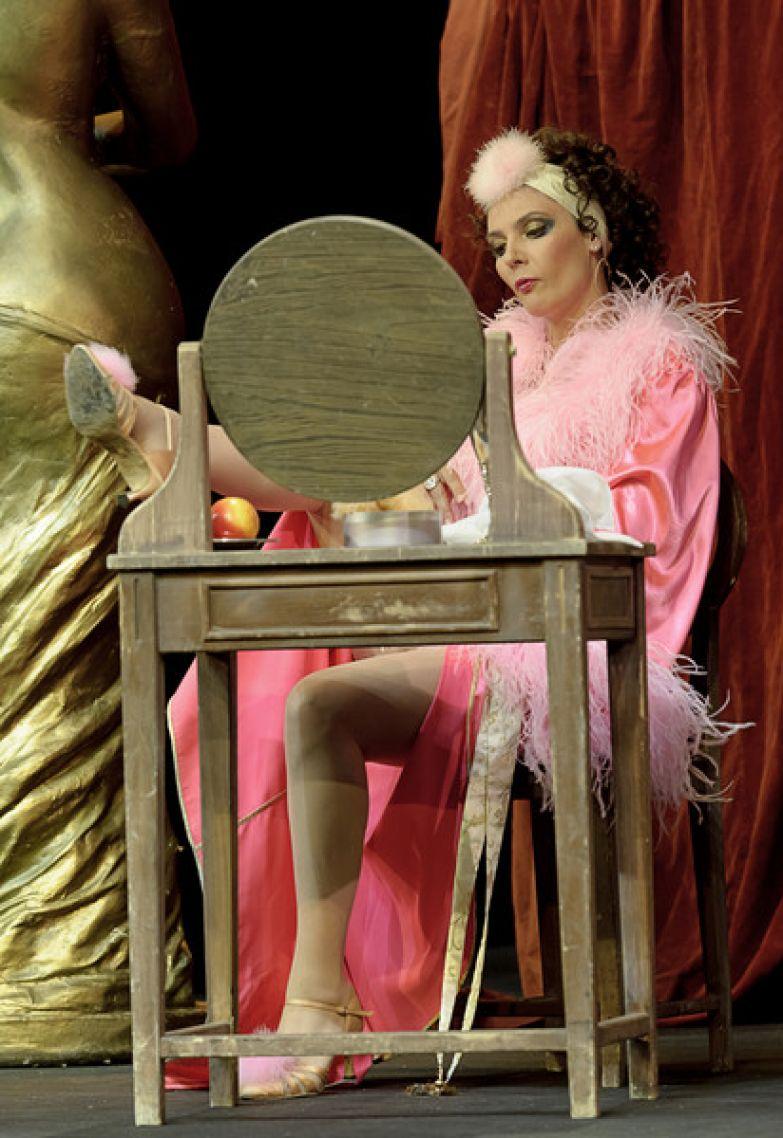 Лидия Вележева сегодня больше востребована на театральной сцене