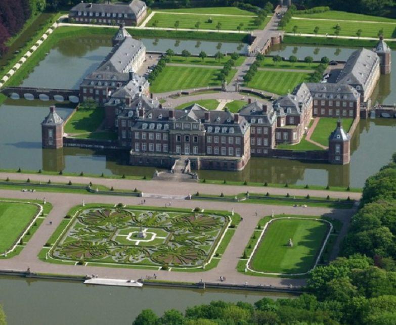 Окруженный широким каналом и располагаясь на прямоугольном острове, Нордкирхен является самым большим из замков в этом регионе.