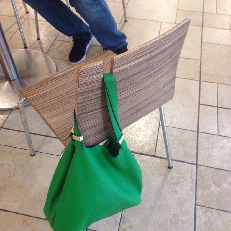 Крючок для сумки на спинке стула нестандартно, оригинально, проблемы, решения