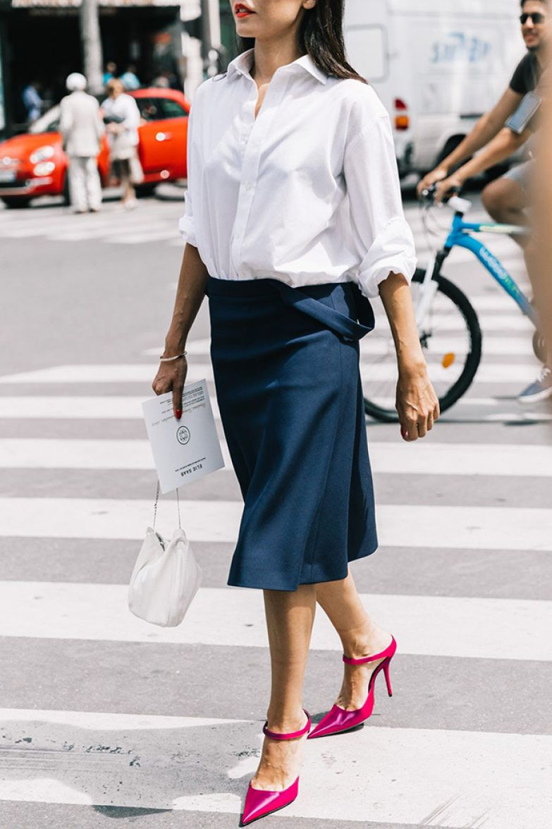 Как носить вещи темно-синего цвета этим летом