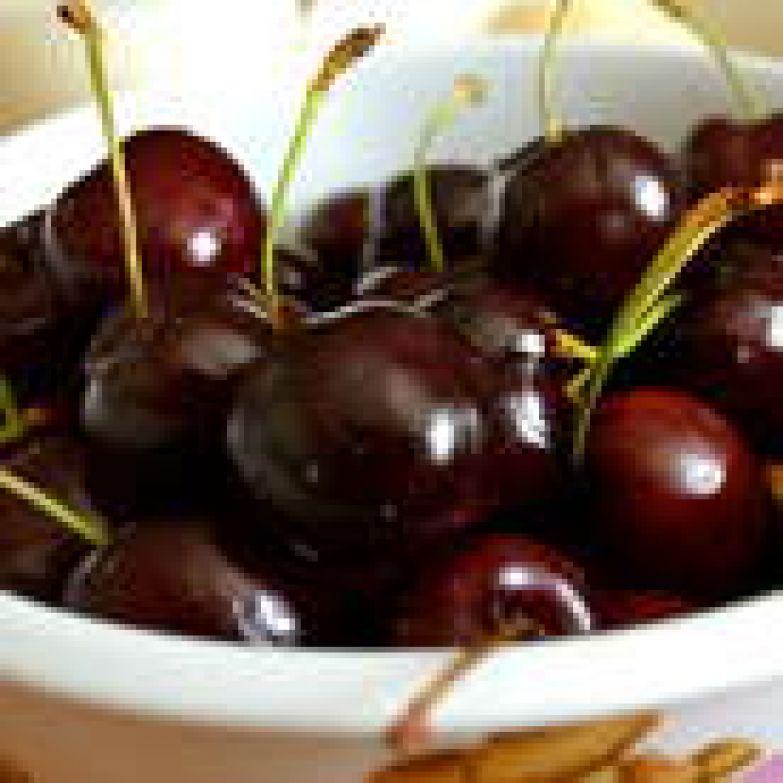 Черешню вымыть и обсушить. Как я указала в предисловии к рецепту, лучше всего взять сорт крупной темной черешни (типа Vignola).