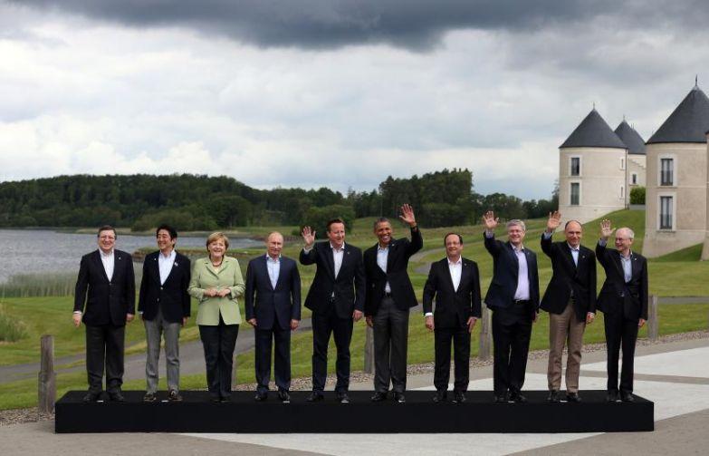 Канцлер Меркель позирует вместе с другими лидерами G8 в Эннискиллене в Северной Ирландии в 2013.