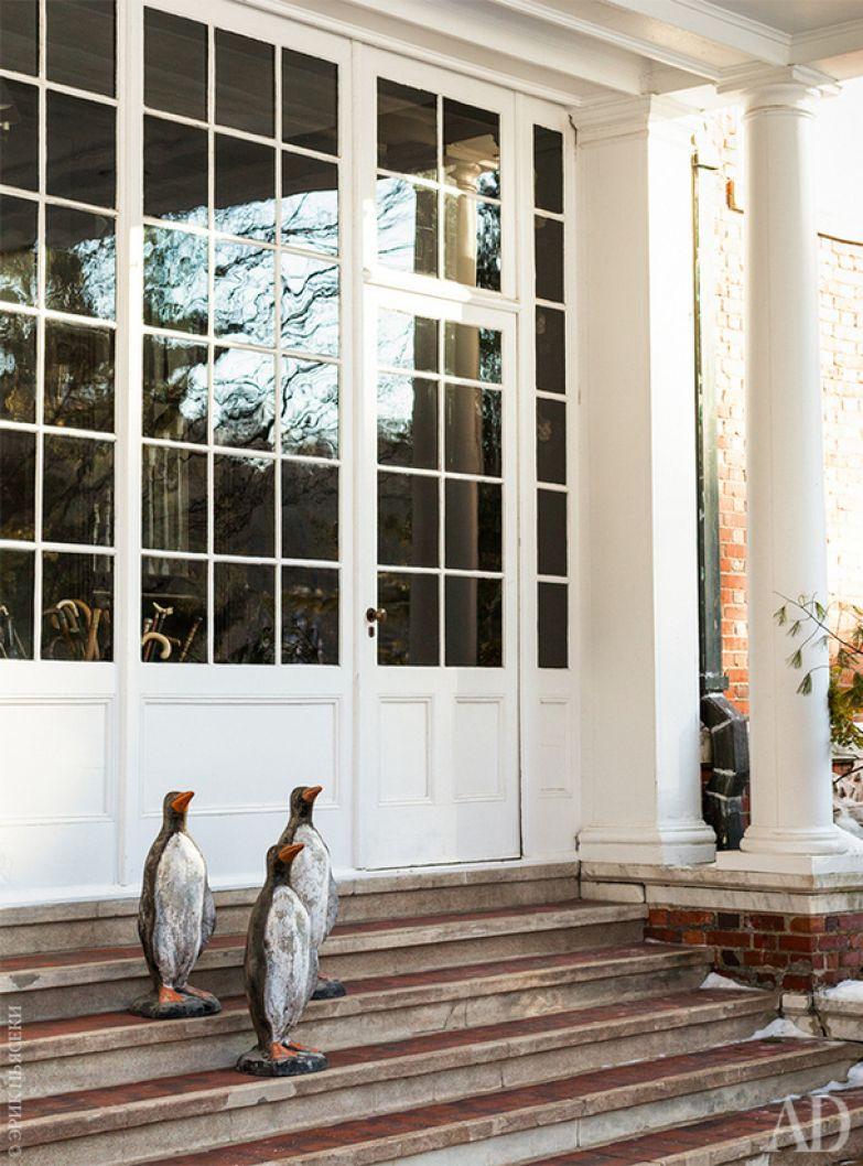 Главный вход. Фигуры пингвинов, украшавшие когда-то поместье под Римом, нашлись в Брюгге.