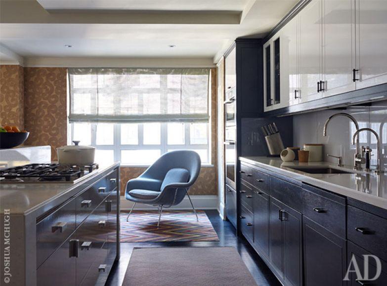 Кухню оформили в нейтральных тонах. Она совмещена с гостиной.