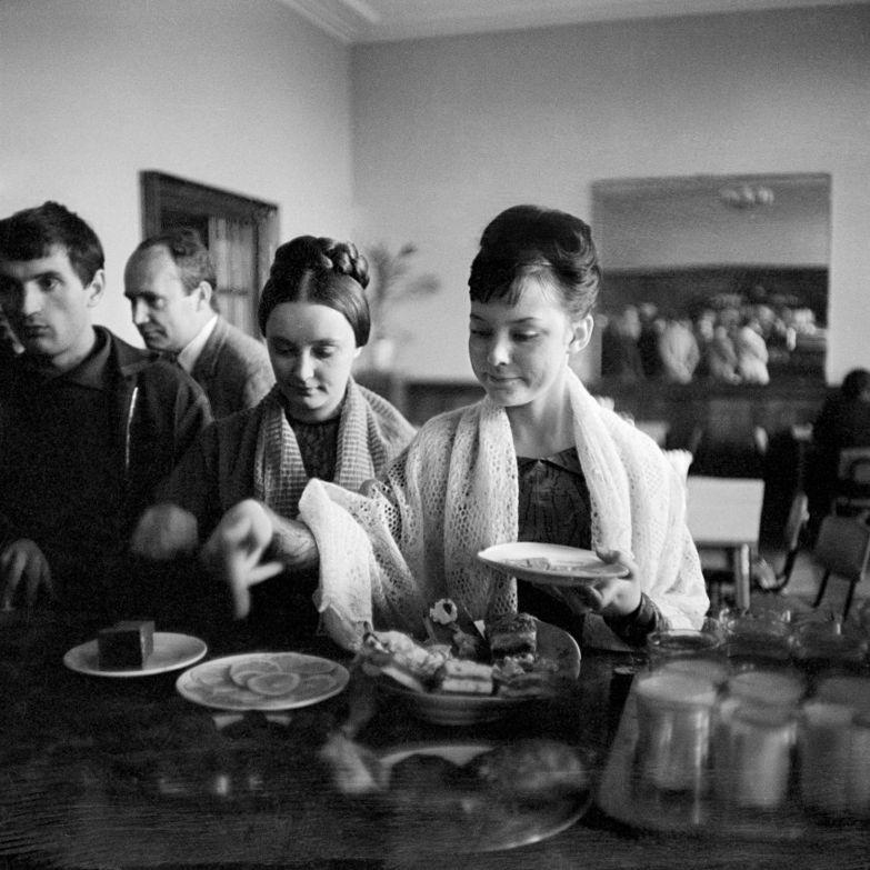 Андрей-Князев.-Людмила-Савельева-и-Ирина-Губанова-в-перерыве-съемок.-1960-е