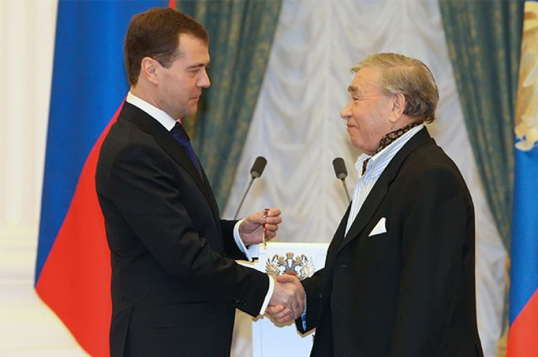 28 декабря 2009 г. Президент России Дмитрий Медведев вручил орден «За заслуги перед Отечеством» 4-й степени артисту Михаилу Светину (слева направо) на церемонии награждения в Екатерининском зале Кремля.