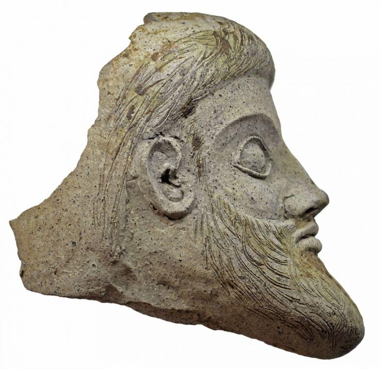 Терракотовая голова из Керченского пролива. (Фото: пресс-служба Института археологии РАН.)