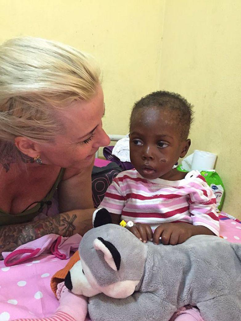 Хоуп теперь в стабильном состоянии мальчик, нигерия, спасение