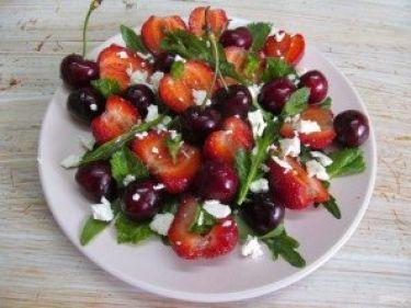 Салат из клубники и черешни - фото шаг 5