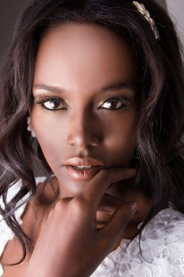 Жасмин превратилась в певицу-афроамериканку