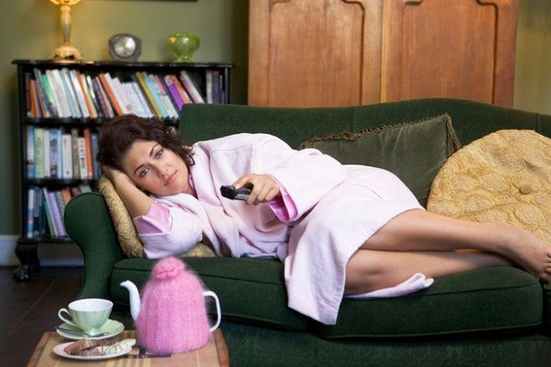 Женщина на диване