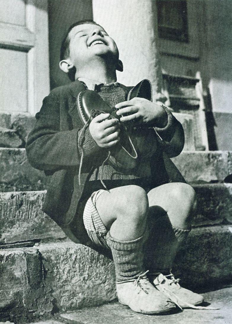 5. Австрийский мальчик получает новые ботинки. Снимок сделан во время Второй мировой войны архивные фотографии, лучшие фото, ретрофото, черно-белые снимки