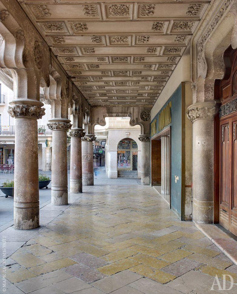 Дом Каса Навас, построенный в период с 1901 по 1908 год, стоит на площади Меркадаль в Реусе. Портик с колоннами отмечает главный вход в здание.