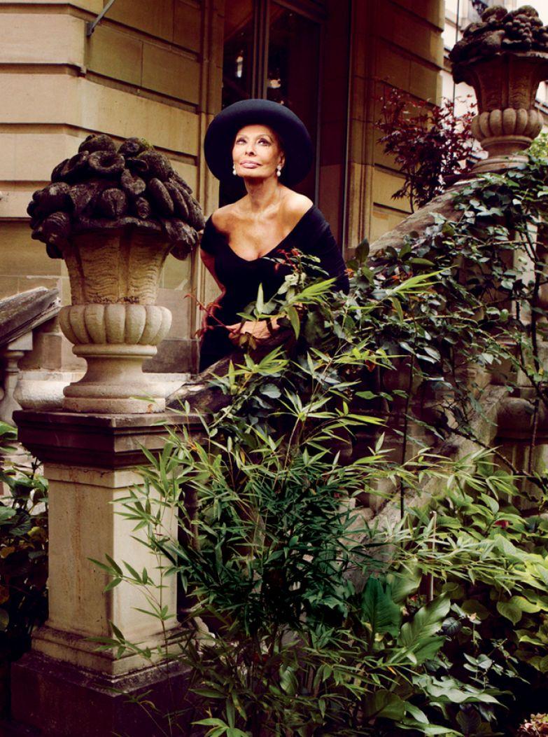 Софи Лорен в саду своего дома в Женеве