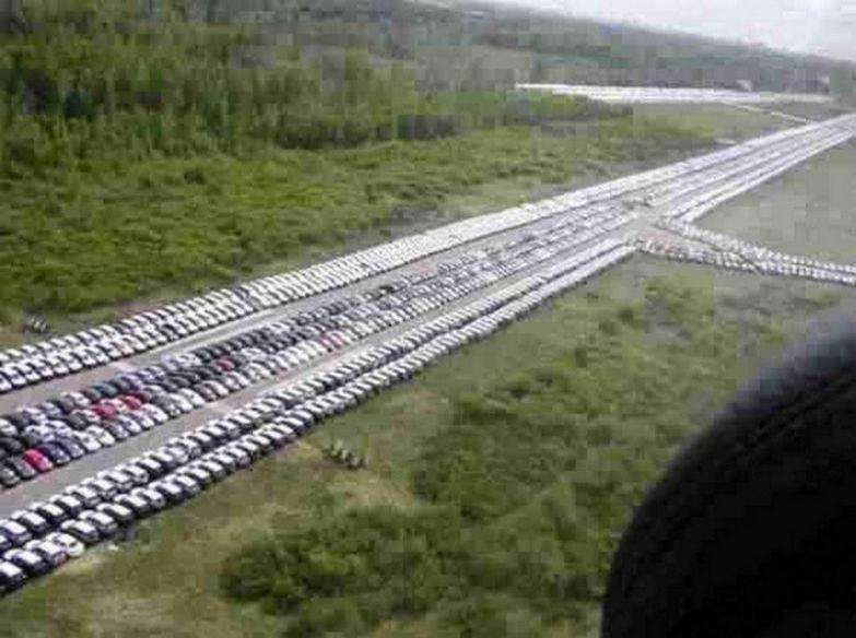 А это взлетно-посадочная полоса аэропорта под Санкт-Петербургом, которая используется не по назначению, а как автостоянка импортных машин из Европы. авто, факты