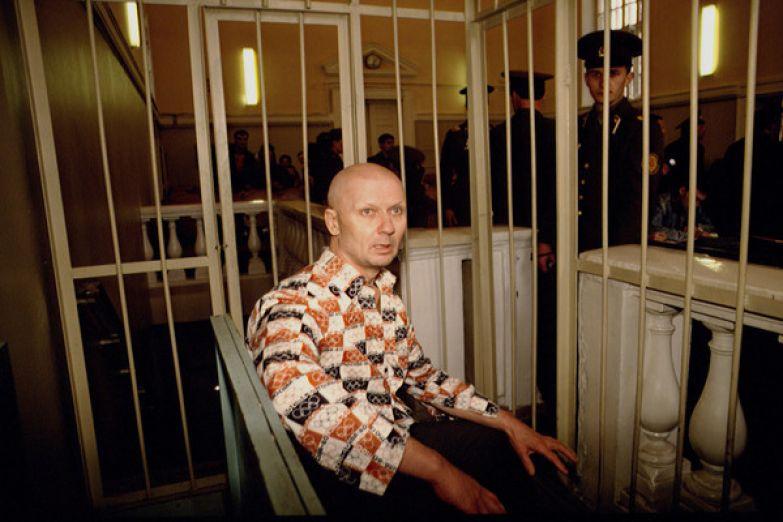 Чтобы избежать мести родителей убитых детей, на суде Чикатило поместили в закрытую клетку