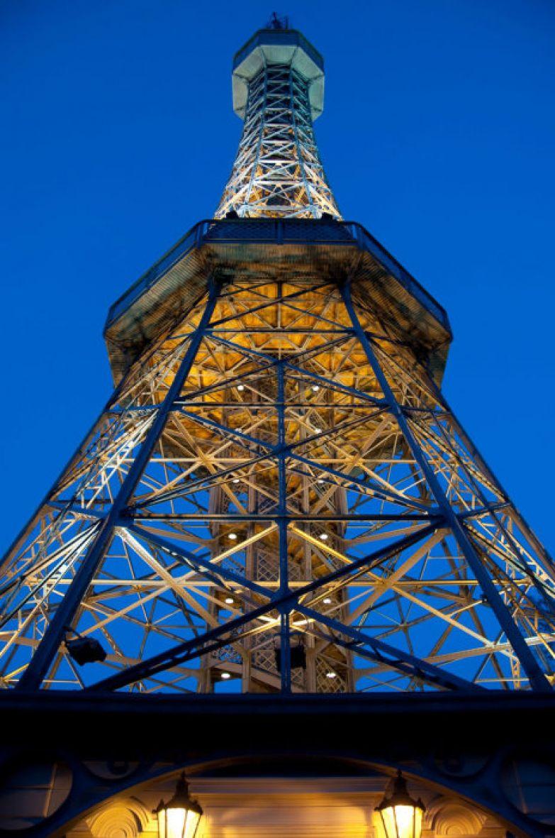 Петршинская башня находящаяся на вершине холма.