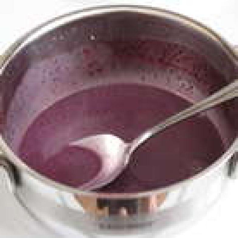 Листовой желатин замочить в небольшом количестве воды, оставить на 15 минут. Затем отжать и разогреть в двух ложках крема, не допуская кипения.