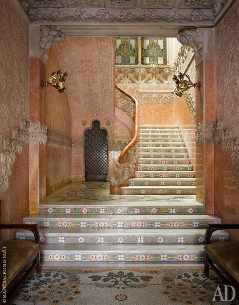 Входной вестибюль. Пол и ступени лестницы выложены мозаикой, которой в интерьерах вообще очень много.