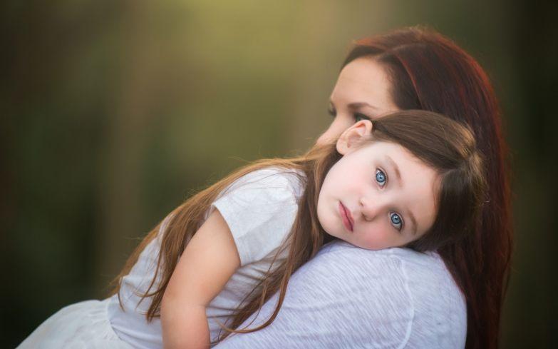 Мать силой заставляет дочь