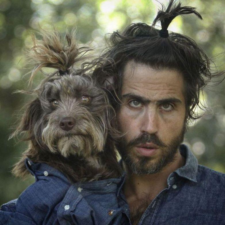 Очень похожие между собой хозяин и собака.