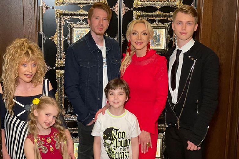 Алла Пугачева с дочерью Лизой и сыном Гарри, Никита Пресняков, Кристина Орбакайте и Дени Байсаров