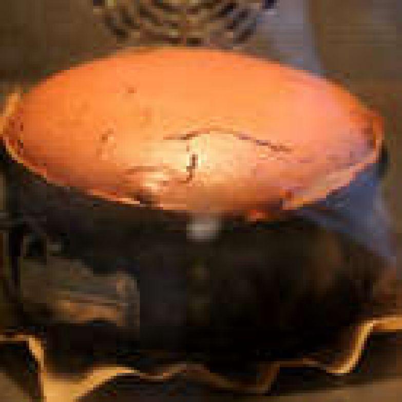 Поставьте в разогретую до 150 С духовку на 1 час. Пирог пойдёт трещинками, так и должно быть (потом мы всё замаскируем, перевернув пирог).