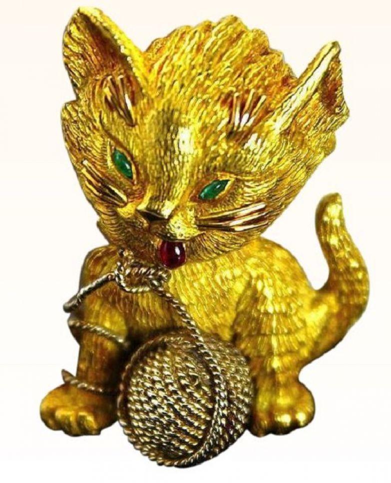 Брошь «Кошечка» Золото, изумруды кабошоны и рубин кабошон