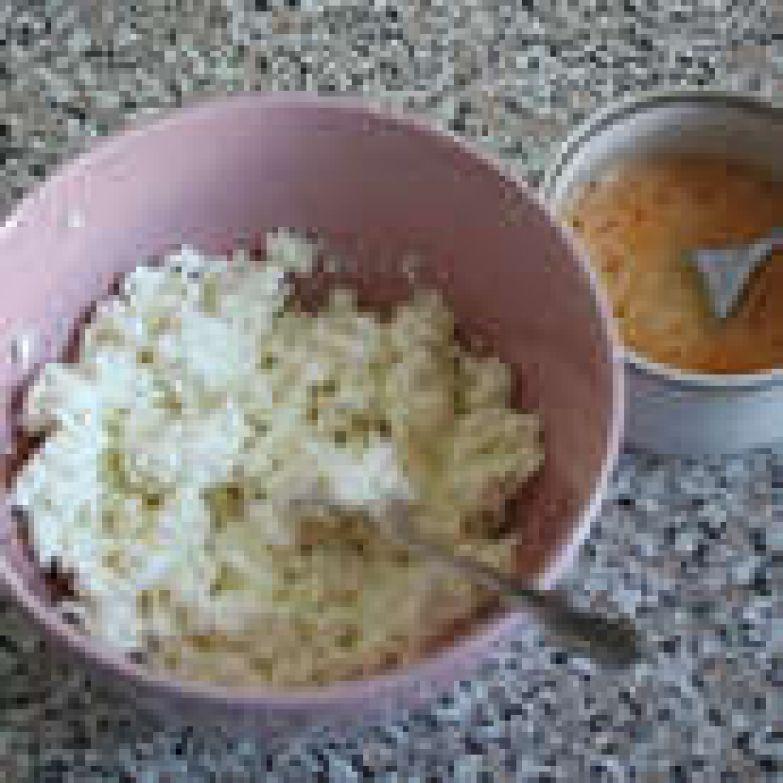 В миске смешать творог, оставшийся сахар, крахмал. Яйцо взбить вилкой и половину его добавить к творогу.