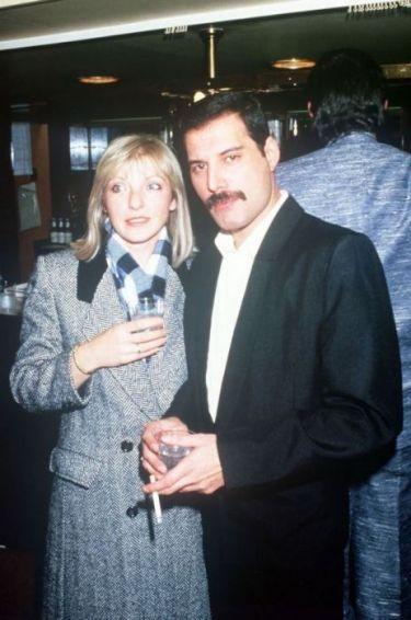 Певец Фредди Меркьюри вместе со своей подругой Мэри Остин в Королевском Альберт-холле (Лондон).