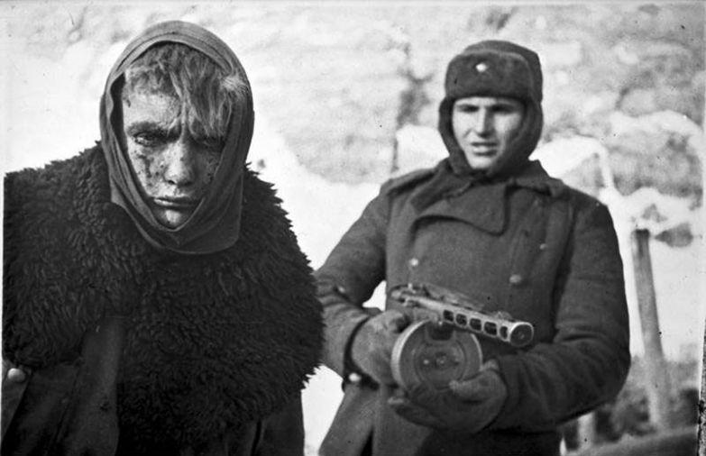 Немецкий солдат в плену у советского, февраль 1943 года