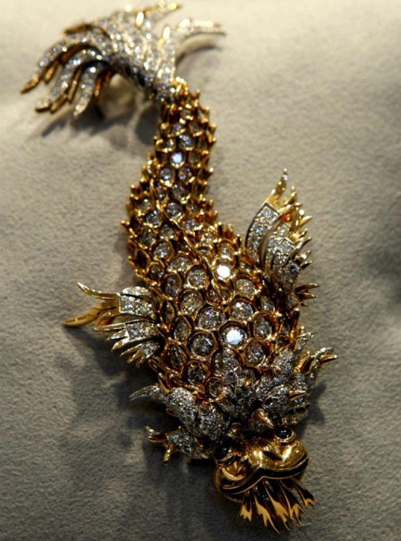 Бриллиантовая брошь с изумрудами и сапфирами, подаренная Тейлор Бартоном в 1965 году