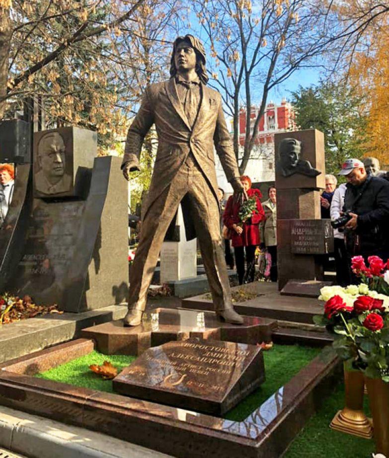 Памятник Дмитрию Хворостовскому на Новодевичьем кладбище. / Фото: www.dela.ru