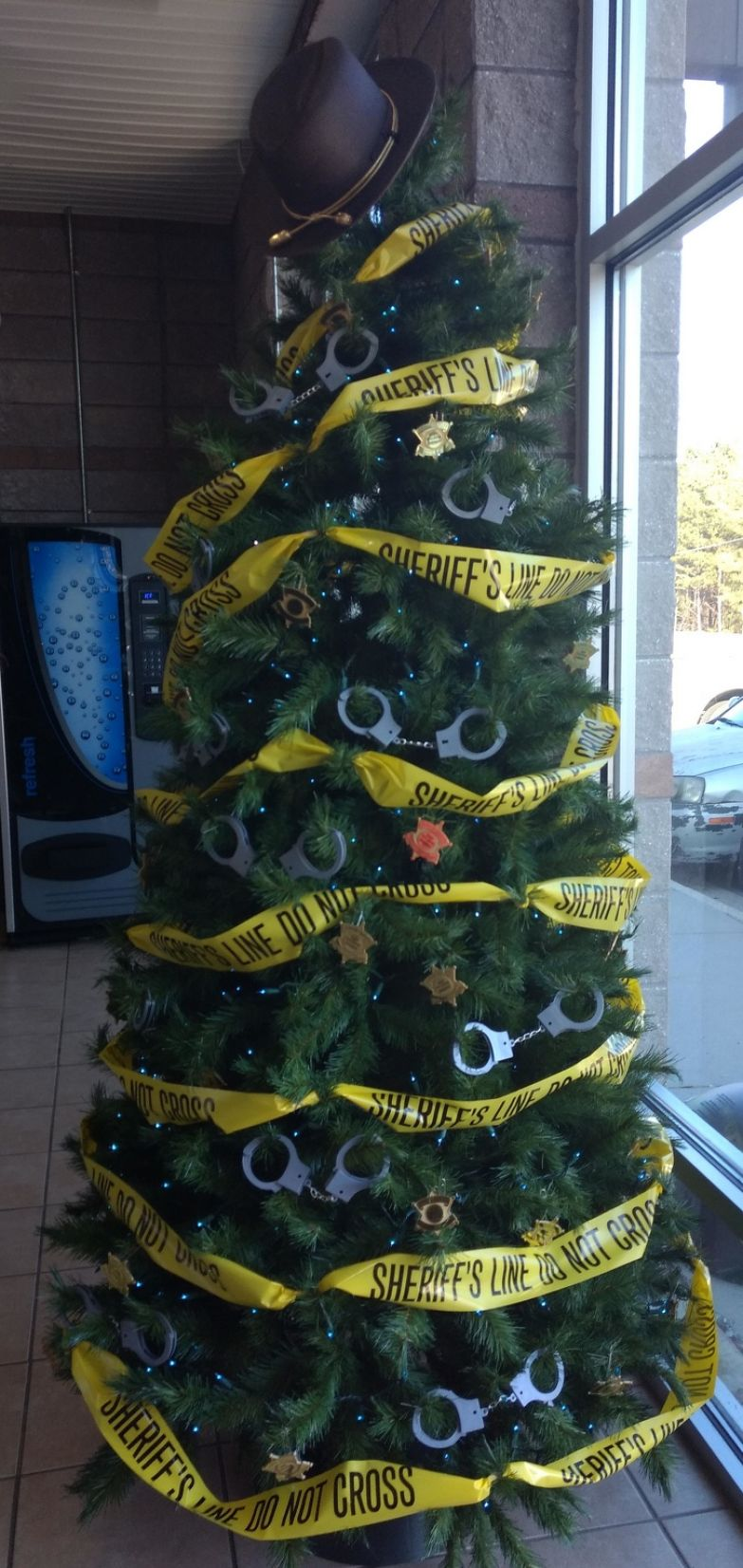 20+ суровых елок от тех, кому предстоит встретить Новый год на работе