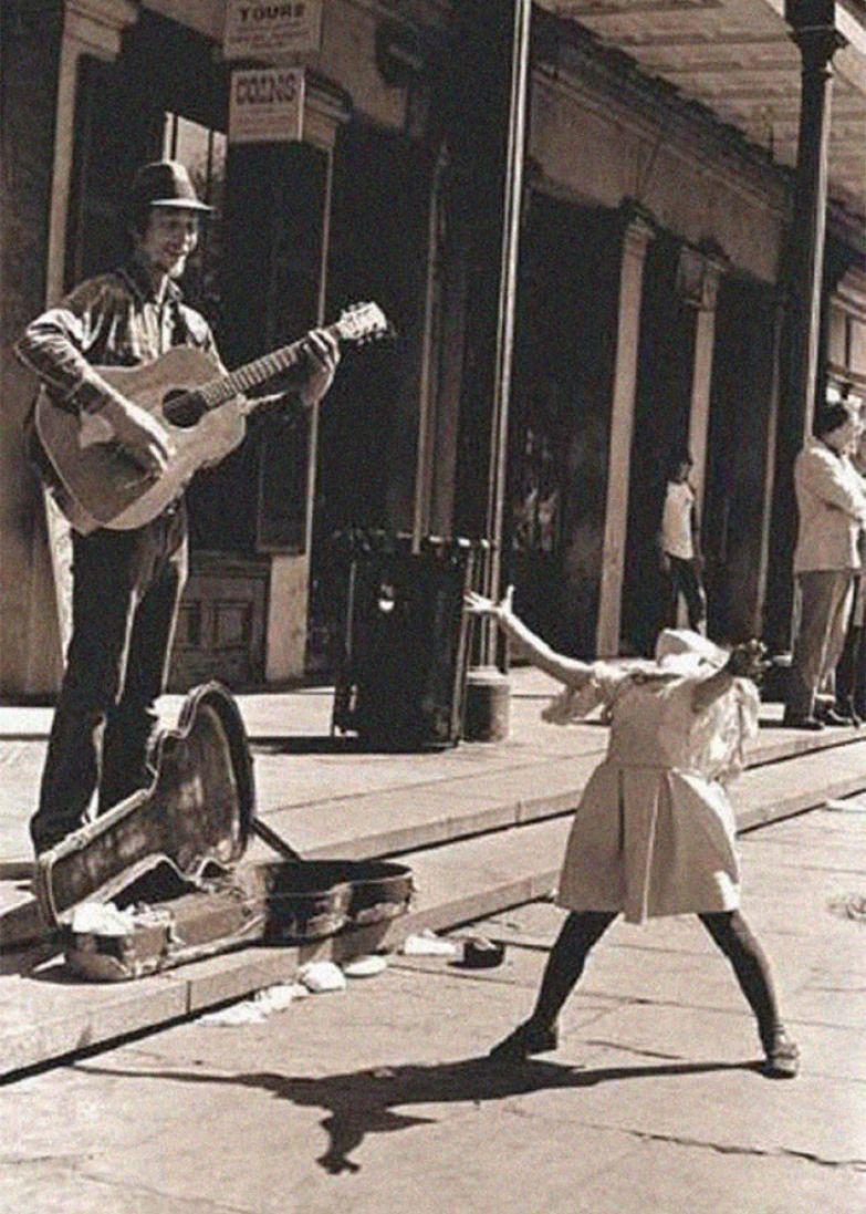 27. Уличный музыкант и маленькая девочка архивные фотографии, лучшие фото, ретрофото, черно-белые снимки