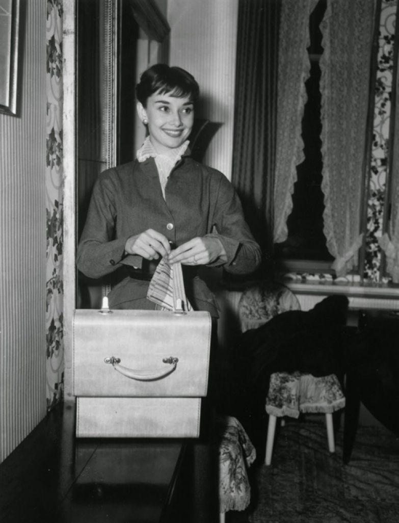 L. Waldorf фотографирует Одри Хепберн в ее номере отеля в Риме. Октябрь 1952г.