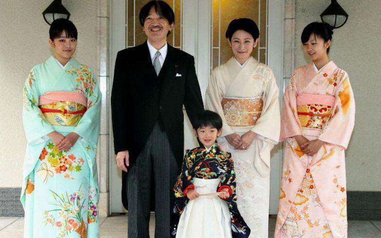 Принц Хисахито с сестрами принцессой Мако и принцессой Како, отцом принцем Акишино и мамой принцессой Кико