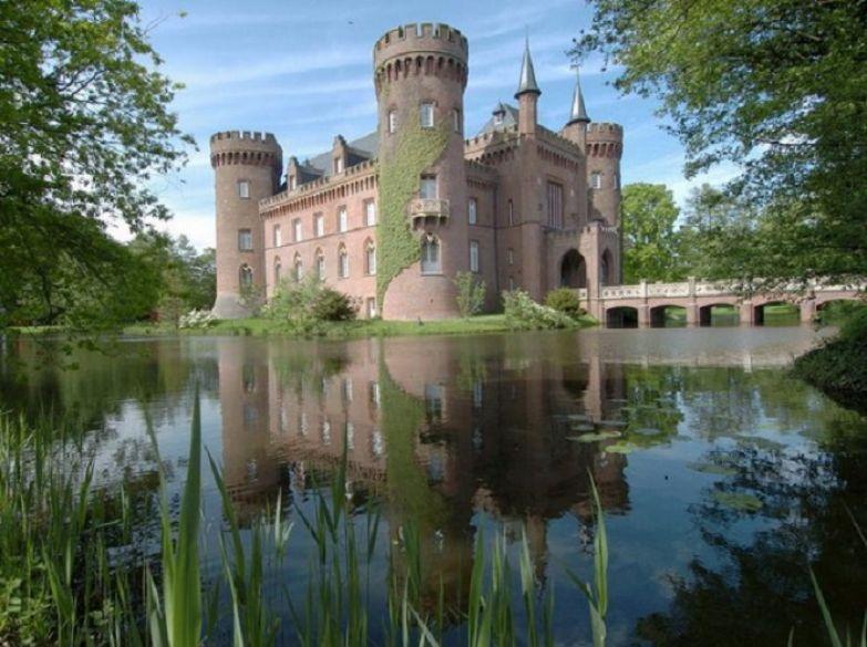Такое название замка было выдумано голландскими рабочими, что в переводе означает - «красивая стена».